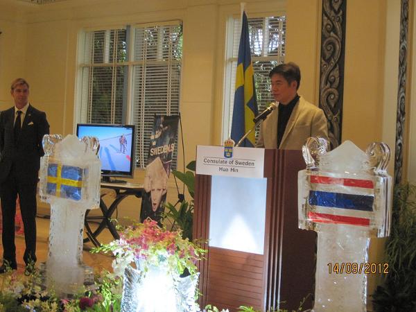 Invigningen av konsulatet i september 2012. Honorärkonsul Victor Sukseree i talarstolen, ambassadör Klas Molin lyssnar.